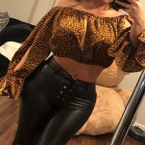 Off shoulder puffy leopard crop top